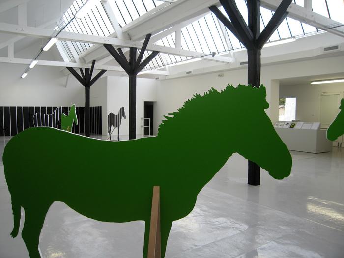 Lina Jabbour|L'Enclos, vue d'exposition. Peinture sur bois et peinture mural|2009