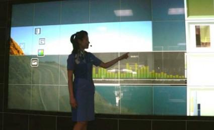 Relié à Internet, le Digital Wall de Panasonic@ (+ de 5.5 m diag.)@ peut être utilisé comme téléviseur @ou écran d'ordinateur.