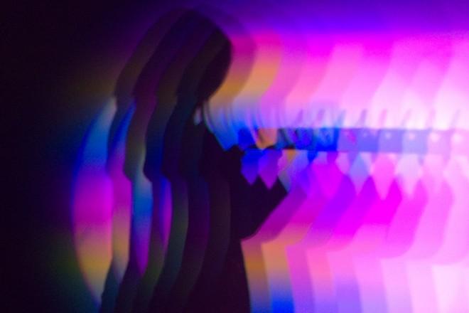 Vue de l'installation « rate-shadow », Daito Manabe et Motoi Ishibashi, 2016