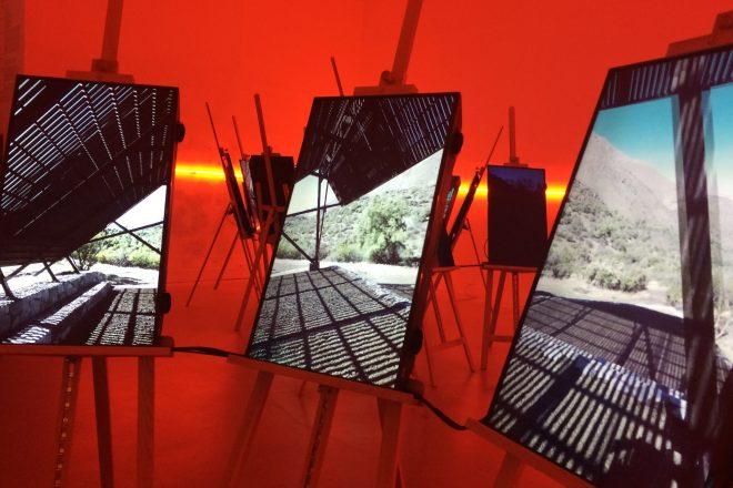 Vue de l'installation présentant «Andes Shadow» d'elton_léniz (Mirene Elton et Mauricio Léniz), dans le bâtiment central des Giardini