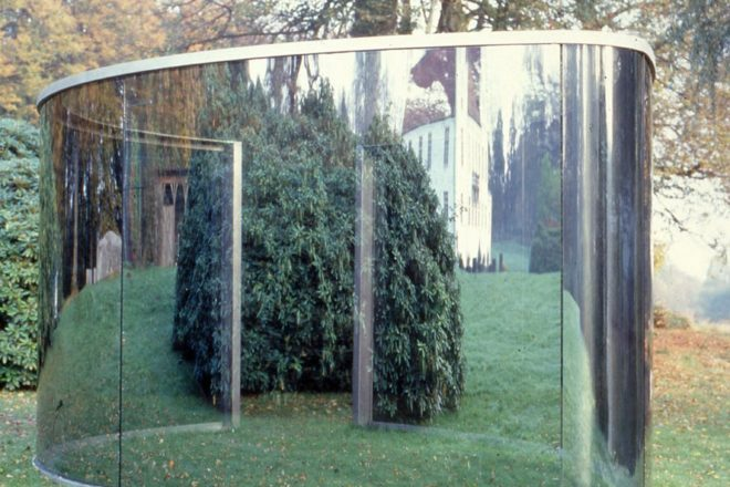 « Two Different Anamorphic Surfaces », Dan Graham, 2000