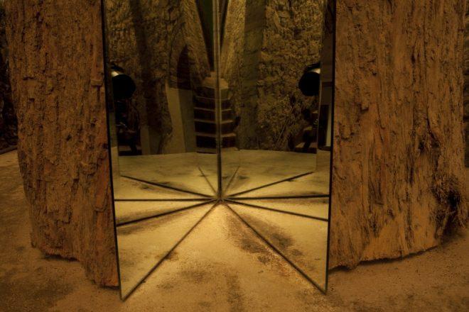 «L'albero di Ama. Divisione e moltiplicazione dello specchio», Michelangelo Pistoletto, 2000