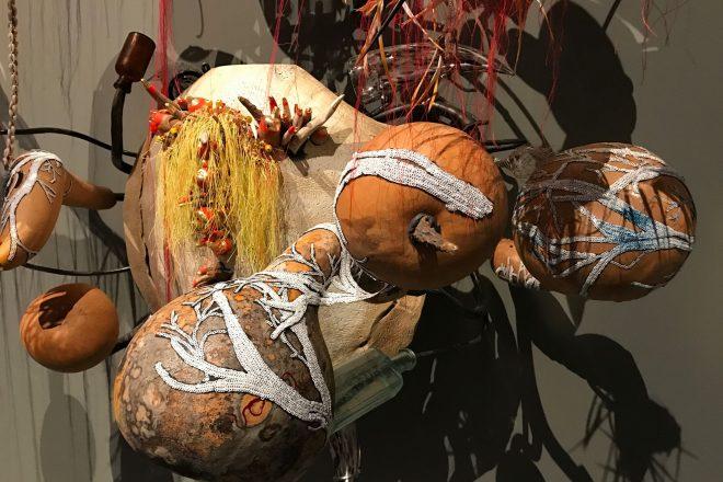 Détail d'une pièce signée Rina Banerjee, 2017. Exposition internationale « Viva Arte Viva »