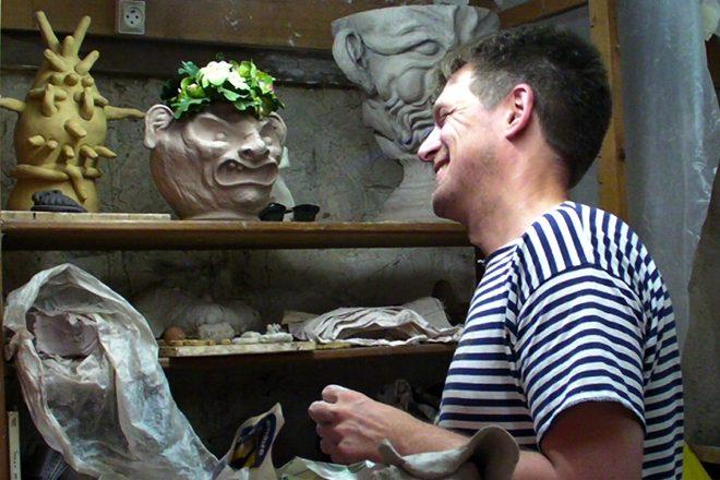 Sébastien Gouju dans l'atelier de céramique