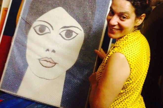 Sophie Lamm devant une toile de Jean-Claude Maes