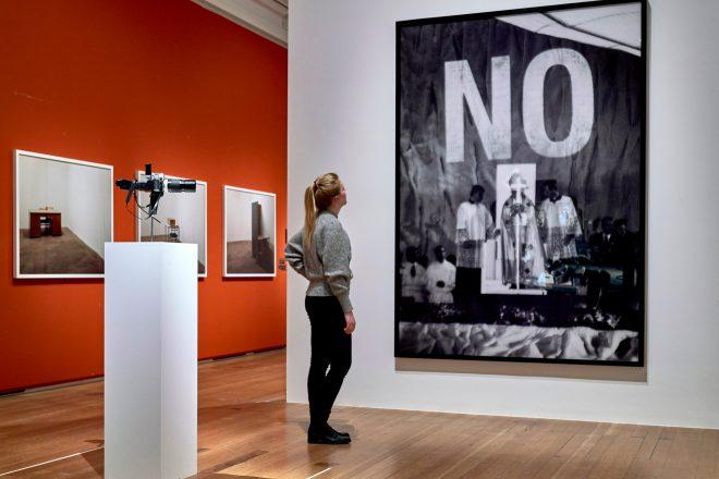 De gauche à droite: «Image Fulgurator» (2009-2011) de J. von Bismarck et «NO (Pope)» (2011) de J. von Bismarck et S. Sierra