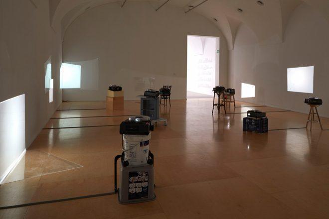 «Art History Lesson», Luis Camnitzer, 2000. Vue de l'exposition «Hospice of Failed Utopias» au Museo Reina Sofia