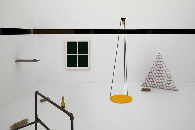 «El Mirador», Luis Camnitzer, 1996. Vue de l'exposition «Hospice of Failed Utopias» au Museo Reina Sofia
