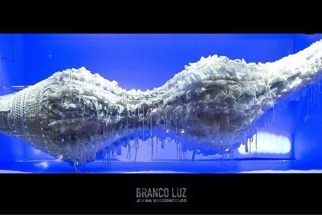 «Branco Luz», vue de l'une des vitrines du Bon Marché Rive Gauche, Joana Vasconcelos, 2019