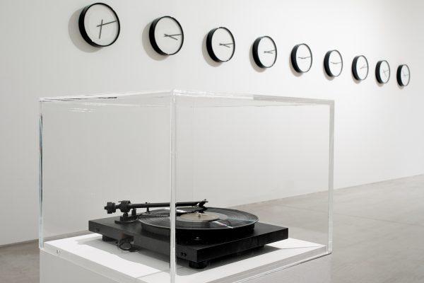 Au premier plan, «As the World Turns» (2011) et au mur, «Timepieces – Solar System» (2014), Katie Paterson
