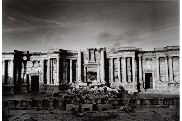 « The theatre on the Roman city of Palmyra, party destroyed by Islamic State fighters », Don McCullin, 2017