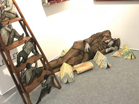 Installation signée Levalet sur le stand de la galerie Joël Knafo