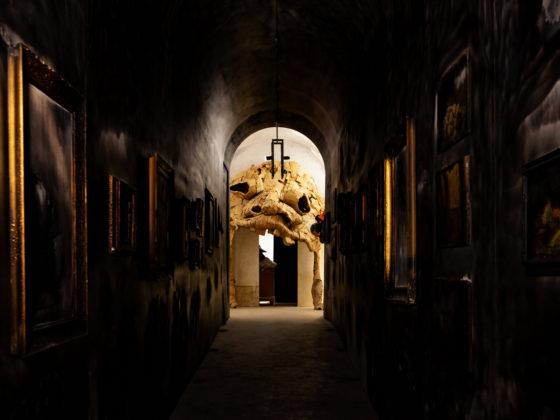 «End of the Museum» (au premier plan), par Gregor Schneider (2019) et «Hell Mouth I», par  Monster Chetwynd
