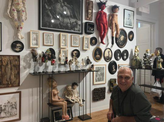 Gérard Cambon au cœur de l'espace investi par la galerie Béatrice Soulié