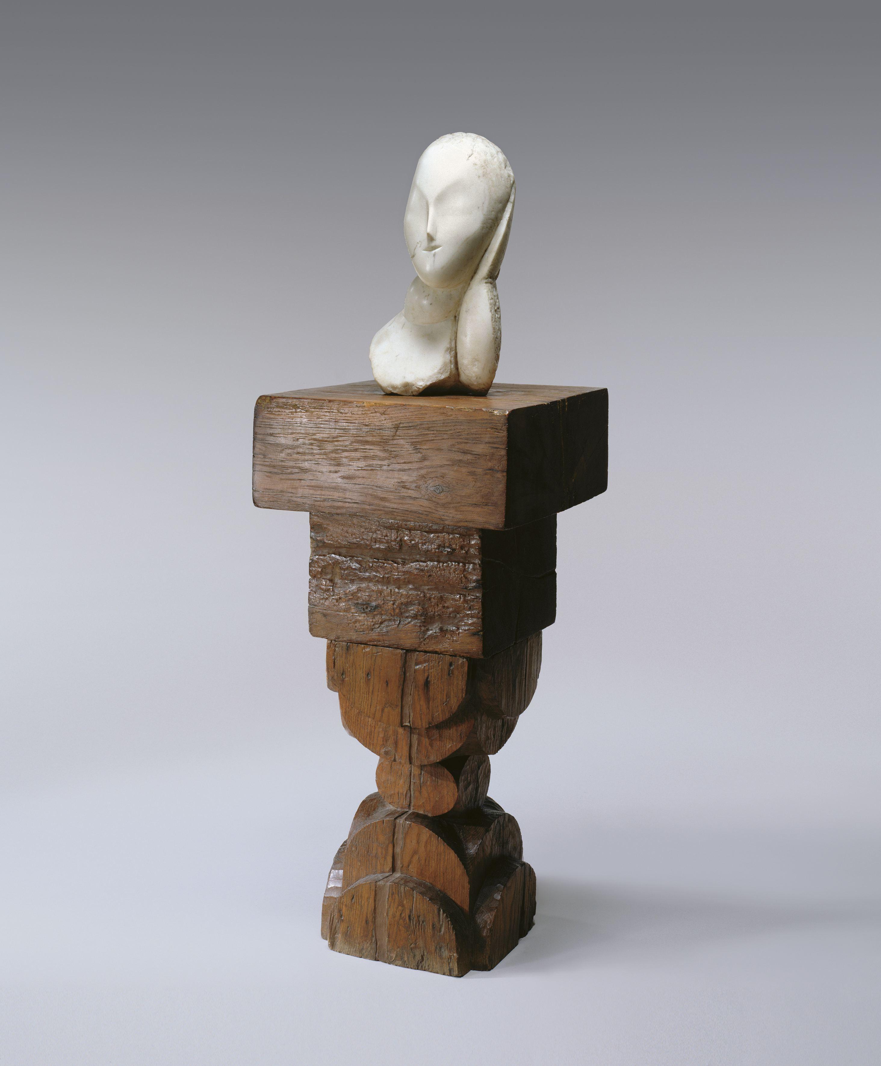Une muse, marbre blanc (45 x 23 x 17 cm), socle en bois de chêne