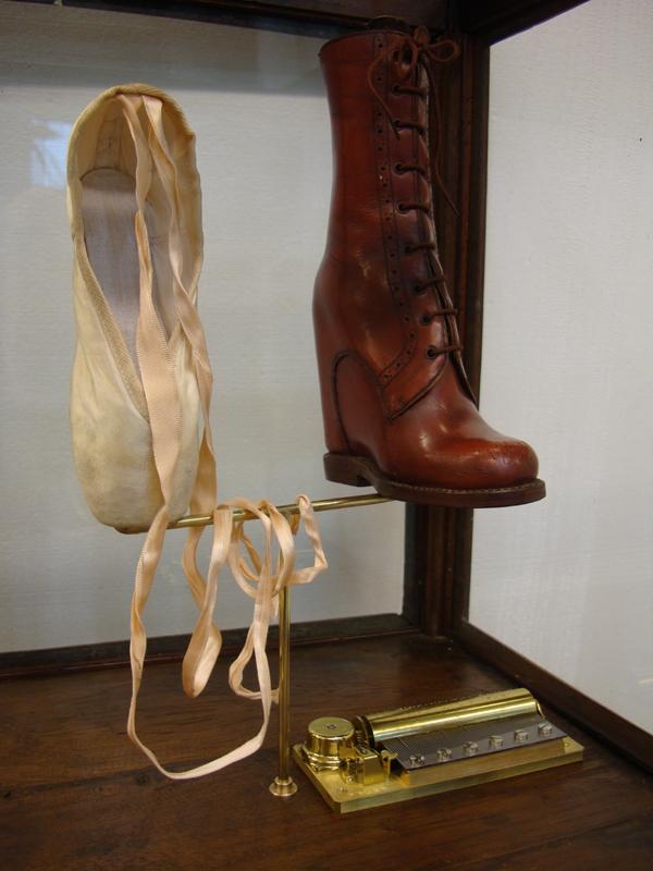 Caja de música, vitrine en bois et cristal, chausson de ballet, chaussure orthopédique, carillon mécanique