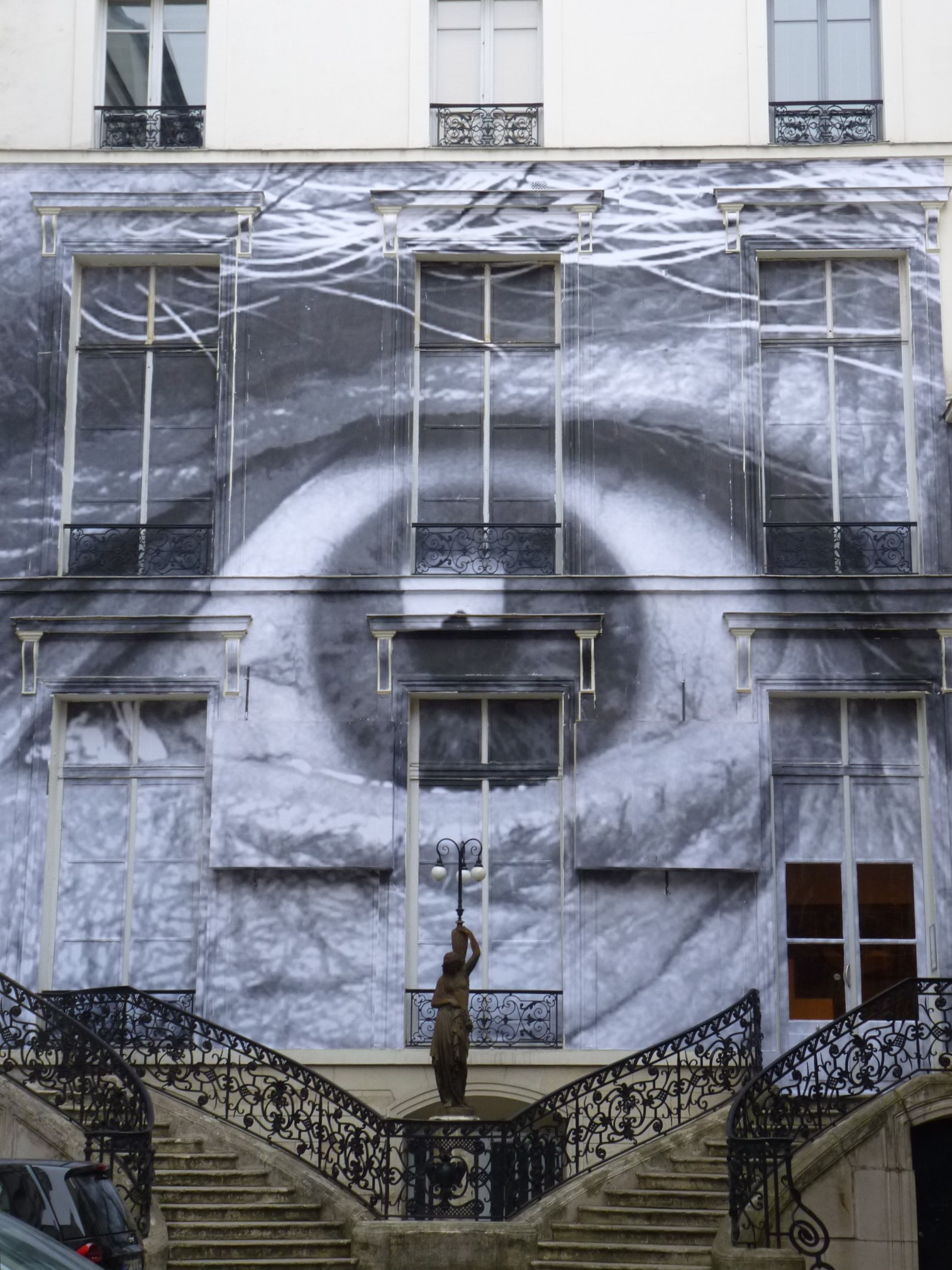 The Wrinkles of the City, Los Angeles, Robert's eye, façade de la galerie Perrotin à Paris