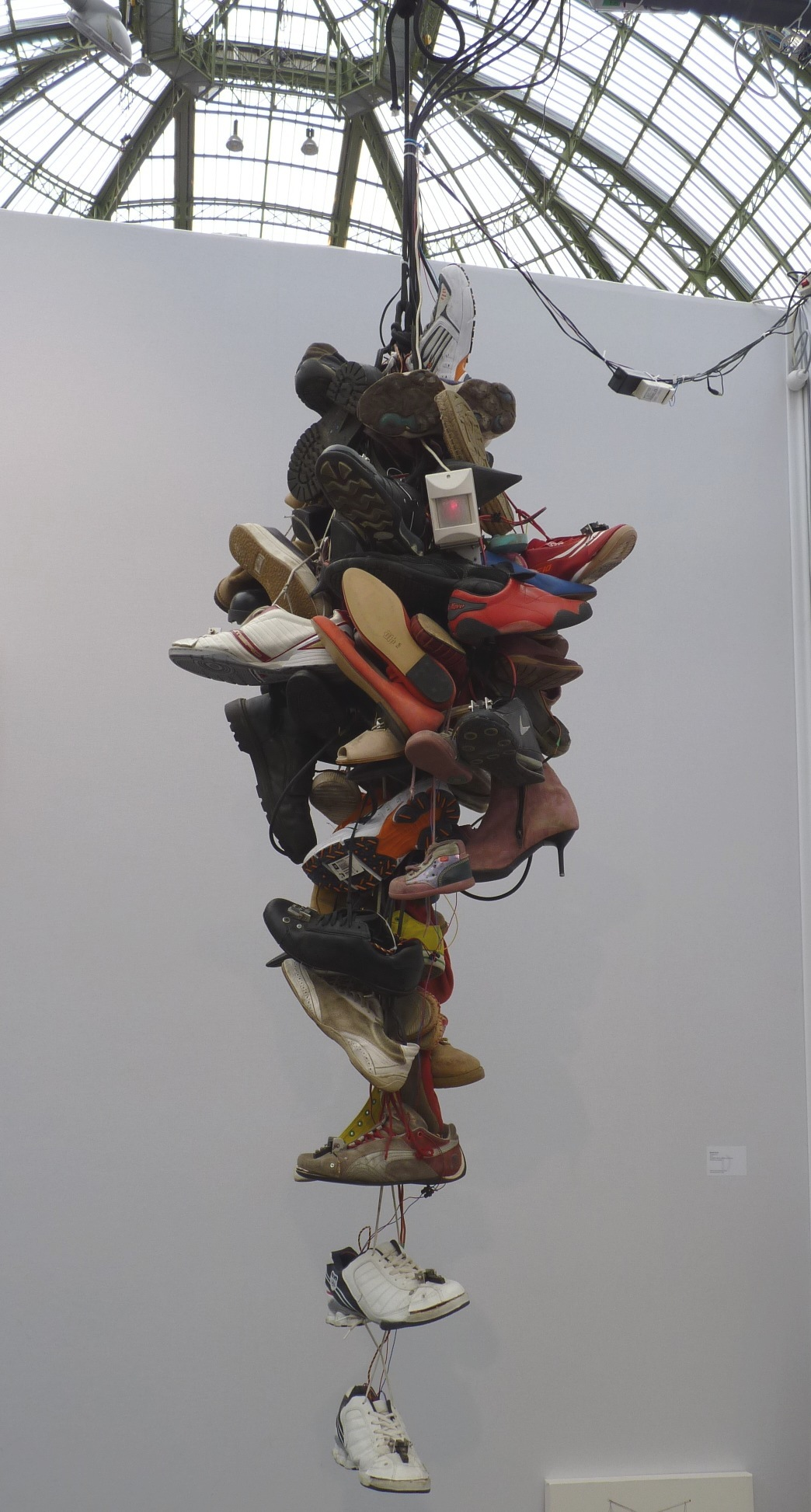 After Van Eyck 3 (La vierge@au chancelier Rolin), bobines de fils montées@sur tiges d'aluminium, sphère d'observation en acrylique