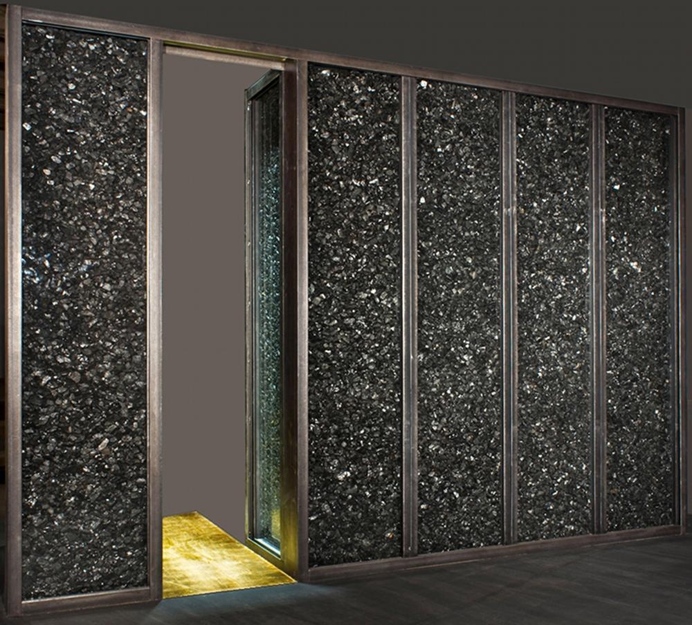 La porte d'or, acier, verre, charbon et feuilles d'or