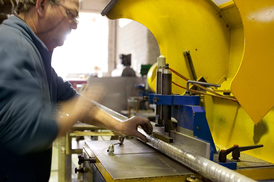 A partir d'un plan, le ferronnier réalise la découpe des pièces, fabrique le pied, le socle et l'armature de l'abat-jour.