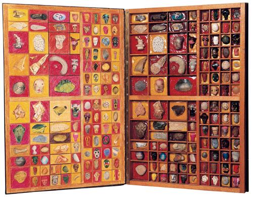 Peau Pierre, bois, pierre, laine, silex, cuivres, cires, céramique, dessin, etc. (46 x 60 x 4 cm)