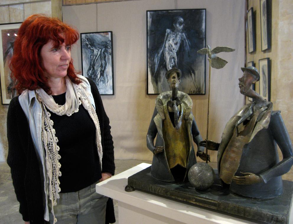 Iziak face à une sculpture@de Marc Touret |  |