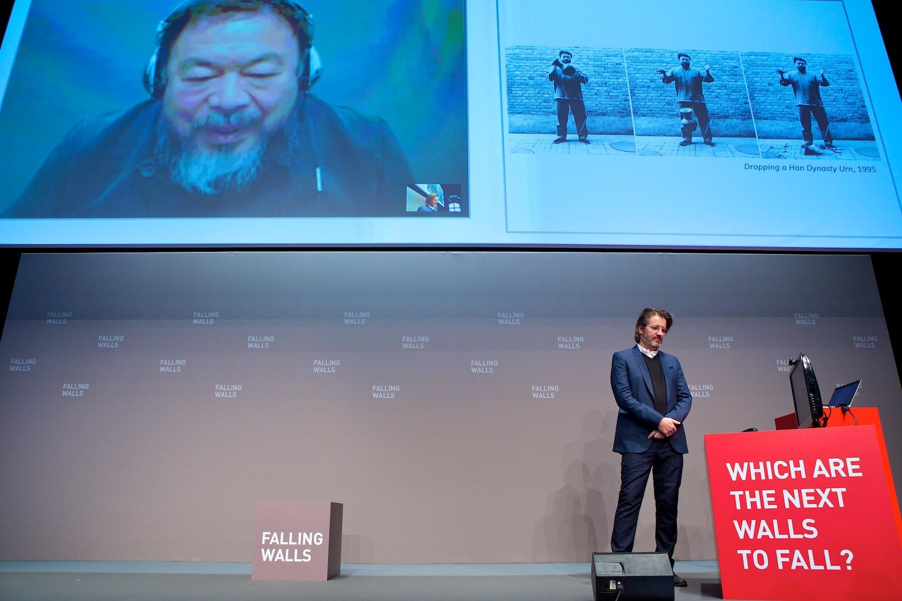 Olafur Eliasson et Ai Weiwei@lors de la conférence annuelle@de la fondation Falling Walls@à Berlin || Novembre 2013