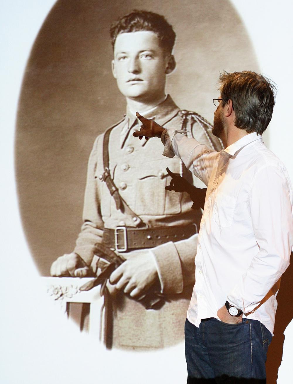 Jean-Yves Jouannais, ici devant un portrait de soldat ||