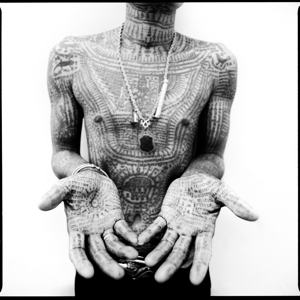 Untitled 25 (Tatoo details on a man's@hands arms and chest), série Sacred Ink, impression pigmentaire (61 x 61 cm)