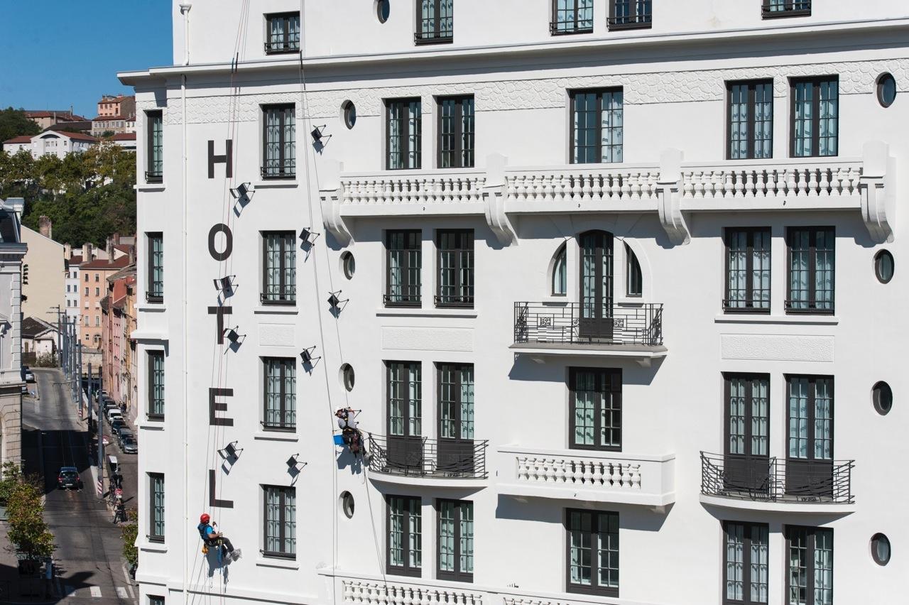 Installation sur la façade@du Collège hôtel