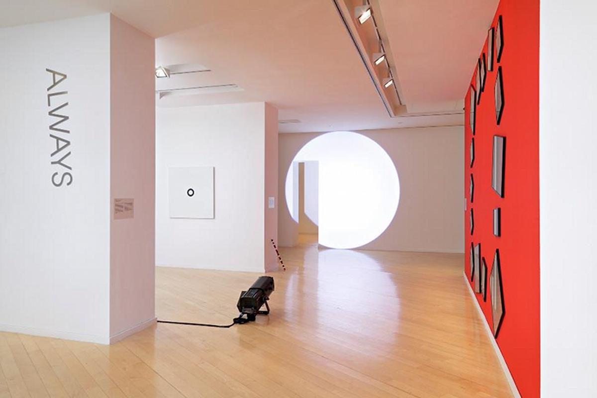 Vue d'exposition. A l'arrière plan, Ouverture intérieure de Verjux, à droite A dance with a square de Buren