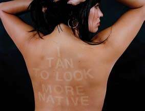 Je bronze pour faire plus indigène, photographie