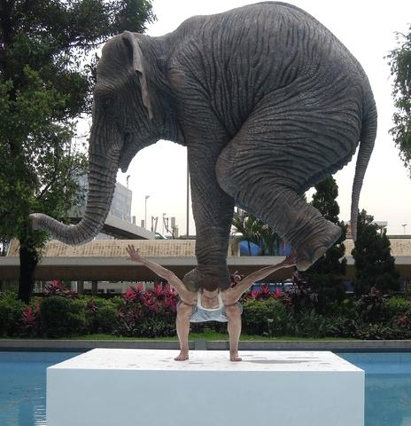 Pentateuque, sculpture installée sur une place@de Hong Kong dans le cadre du festival@French May
