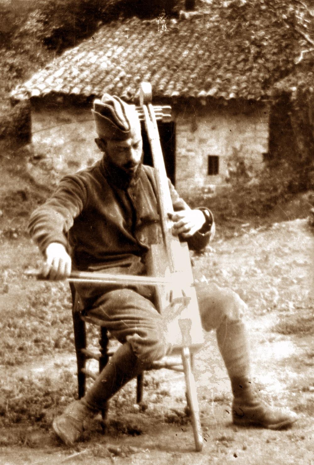 François Gervais avec violoncelle@fabriqué dans une boîte de munitions