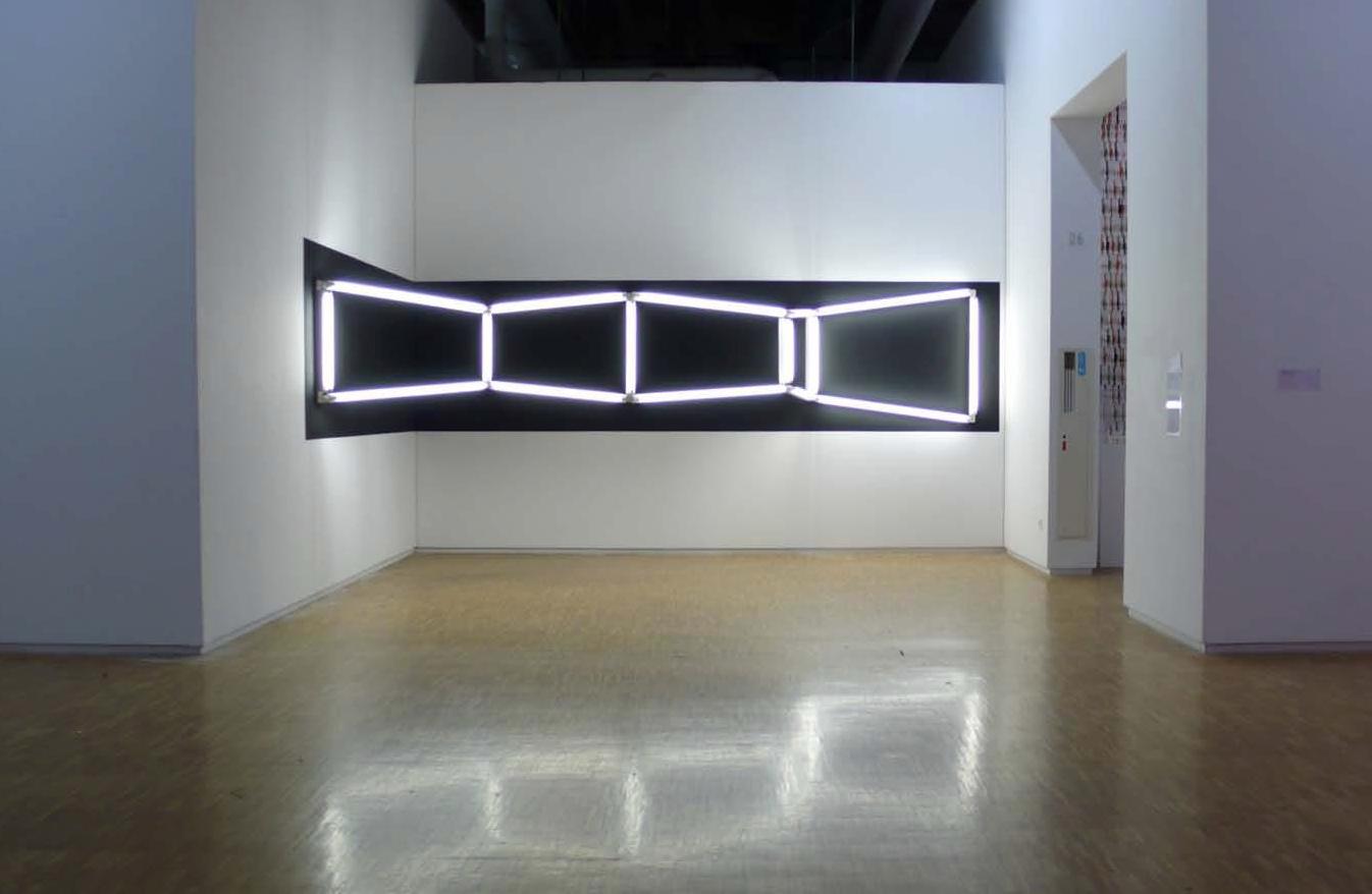 (Unwinding) Corridor, tubes fluorescents, peinture acrylique noire