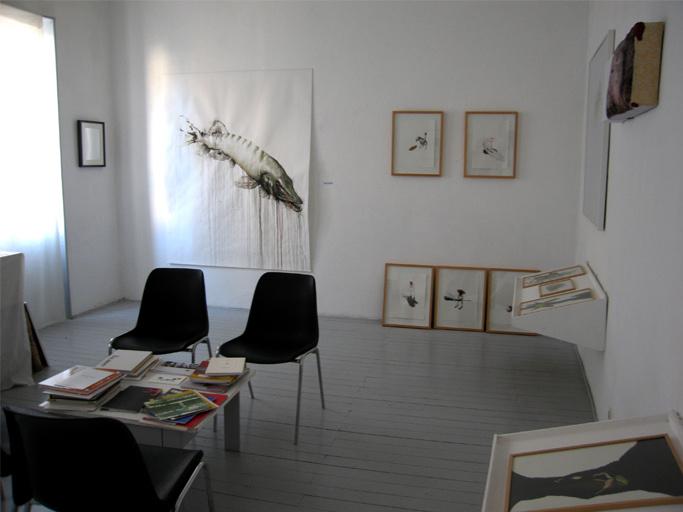 Vue du deuxième étage@ avec au mur des œuvres@ de Franck Lestard