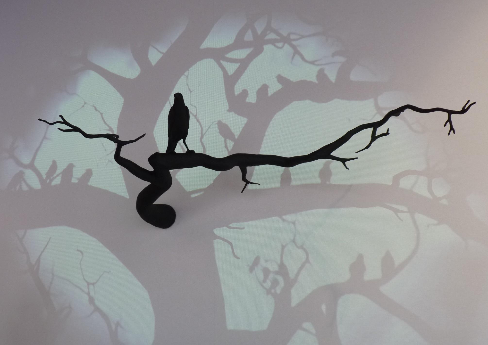 Raven, installation, sculpture en résine et projection vidéo