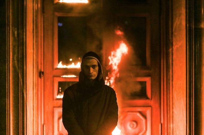Pyotr Pavlensky | Threat (performance ayant mené@à l'incendie de l'entrée du FSB) | 2015