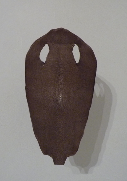 Le Masque, peau de galuchat, tissus, tige de métal