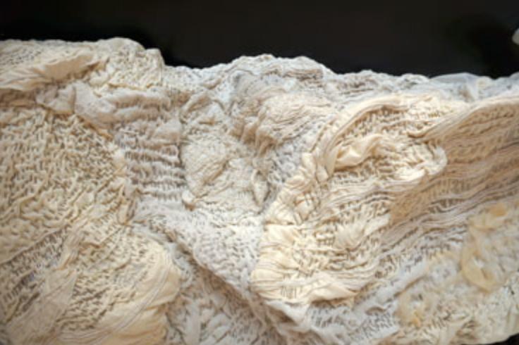 Le reste est égratignure du vent, tissus divers et broderies épinglés@(50 x 120 x 40 cm)