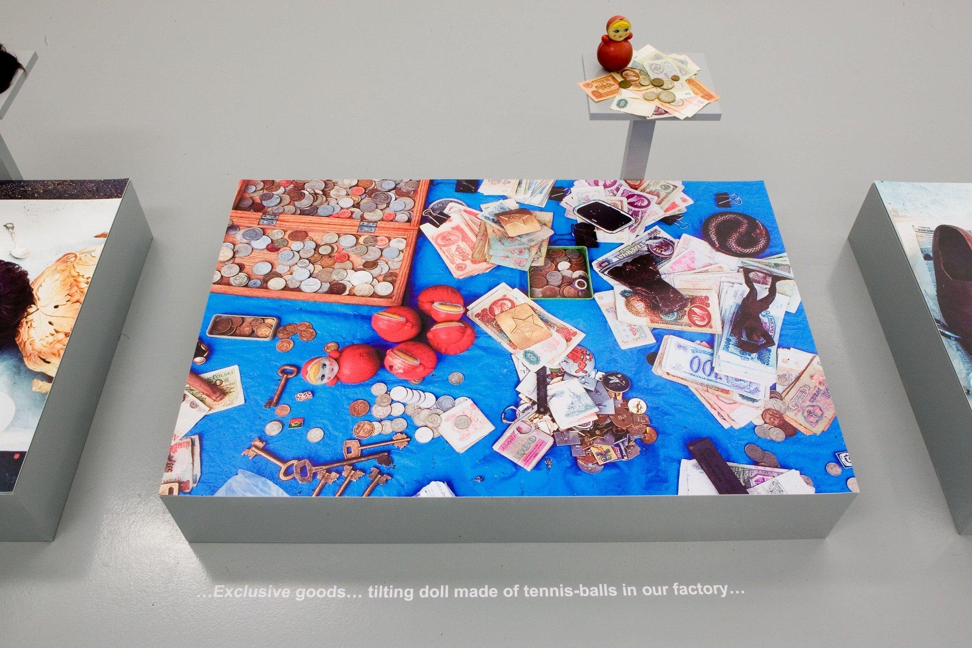 Bazar 2.0, bois, lettrage, tirages numériques, objets