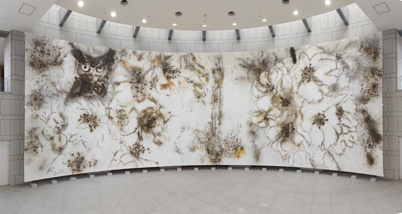 Vue de l'installation « Nighttime Sakura » au Yokohama Museum of Art, Cai Guo-Qiang