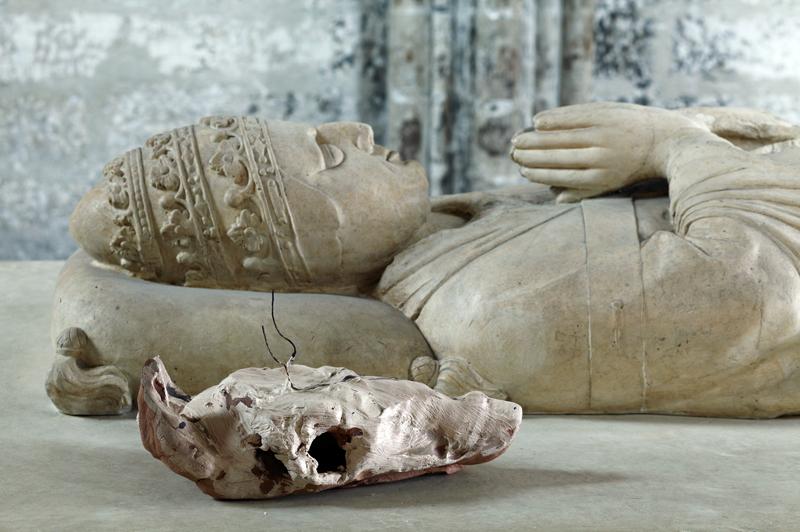Sans titre,céramique, 12x35x22 cm, Gisant d'Innocent VI, moulage de plâtre de@ Léopold Bulla,