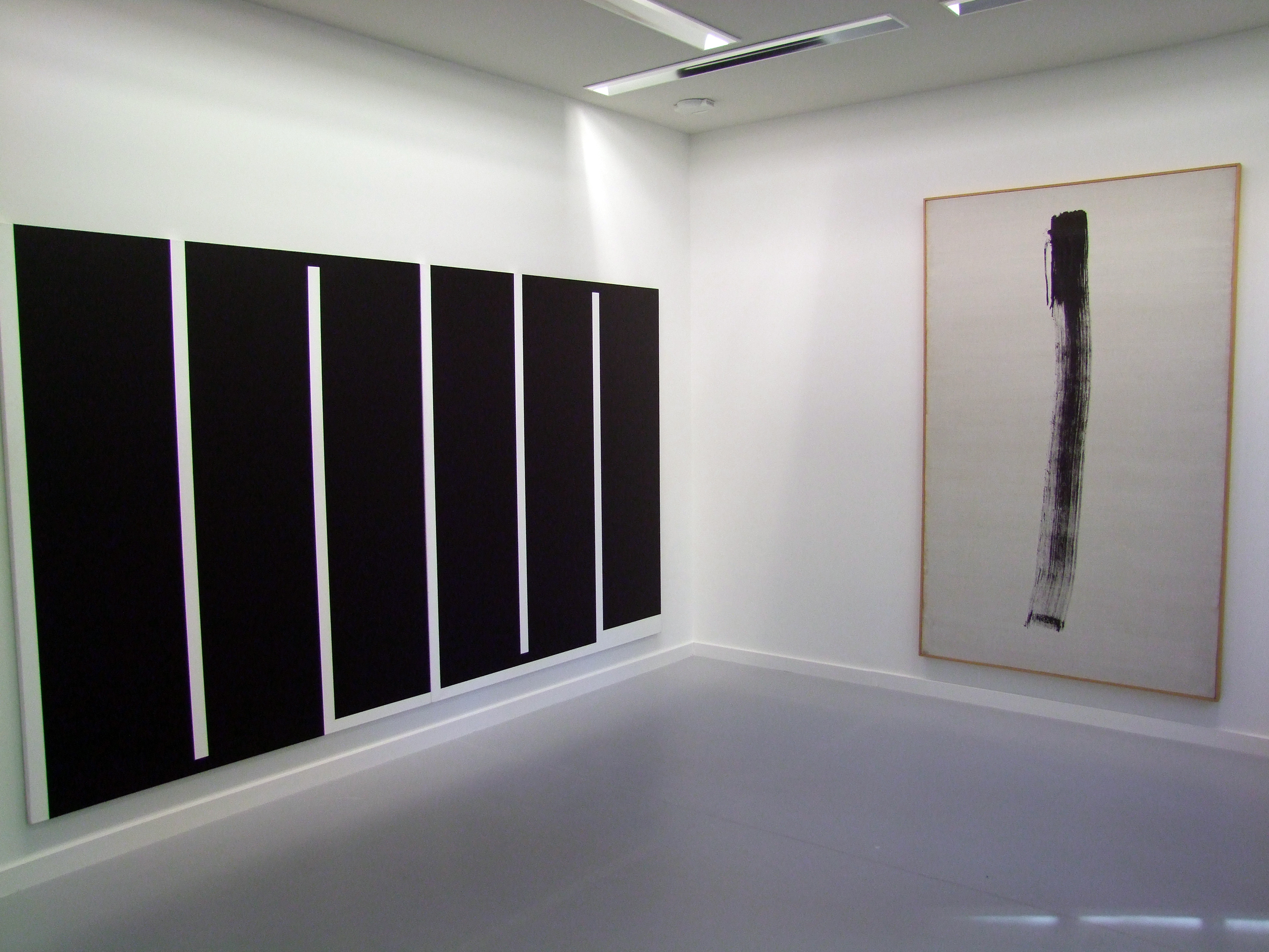 De gauche à droite, Sans-titre (1990) Julije Knifer@ ETC V (1967) Jean Degottex.