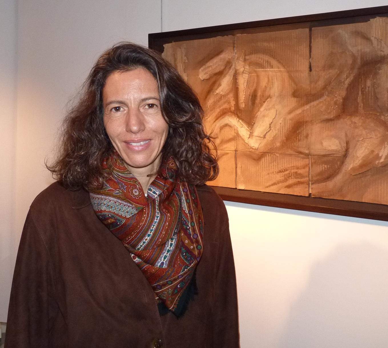 Alexandra Athanassiades@à la galerie Dutko, à l'arrière plan@l'un de ses dessins sur carton