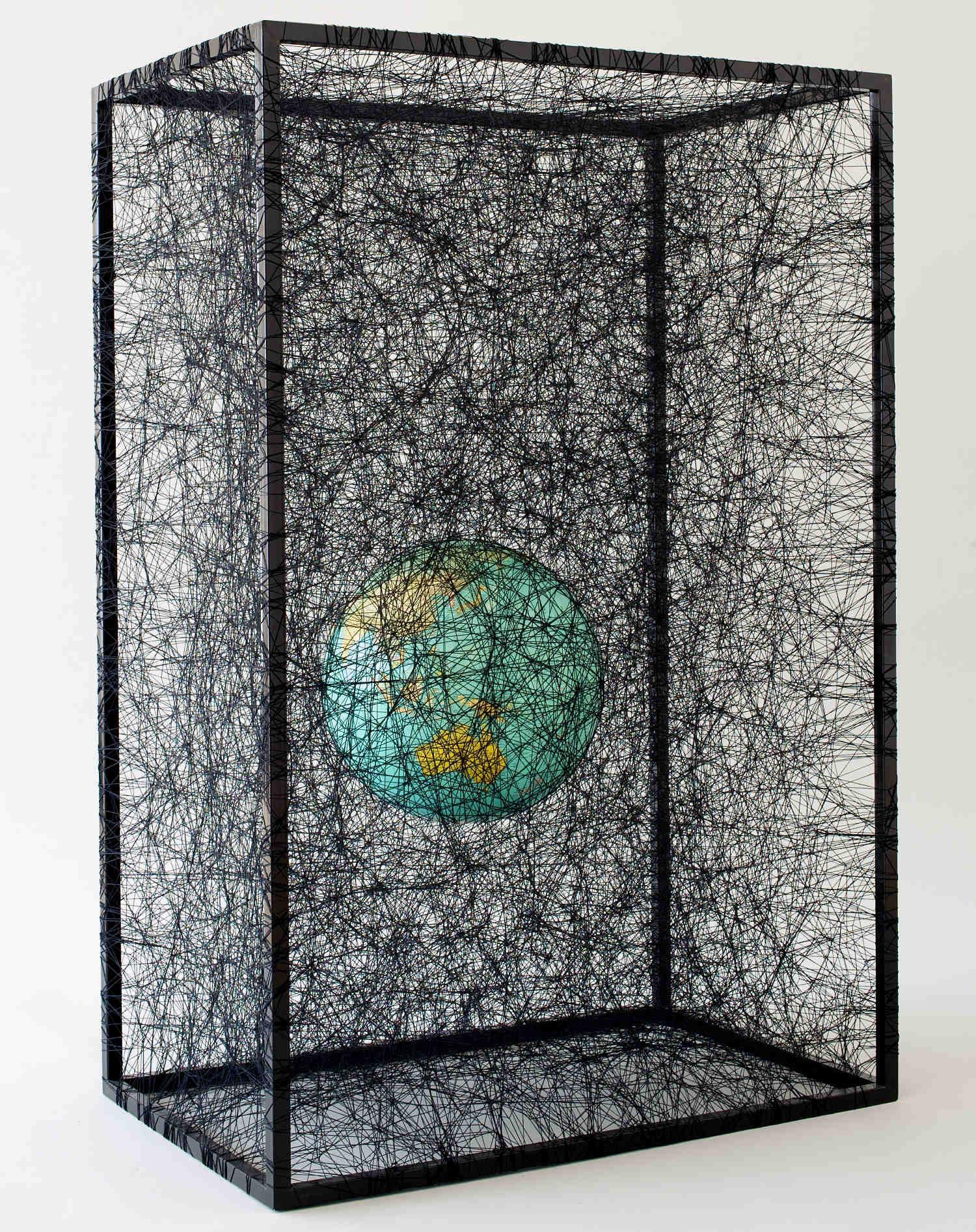 State of being, métal, peinture, globe terrestre et fils de laine noire