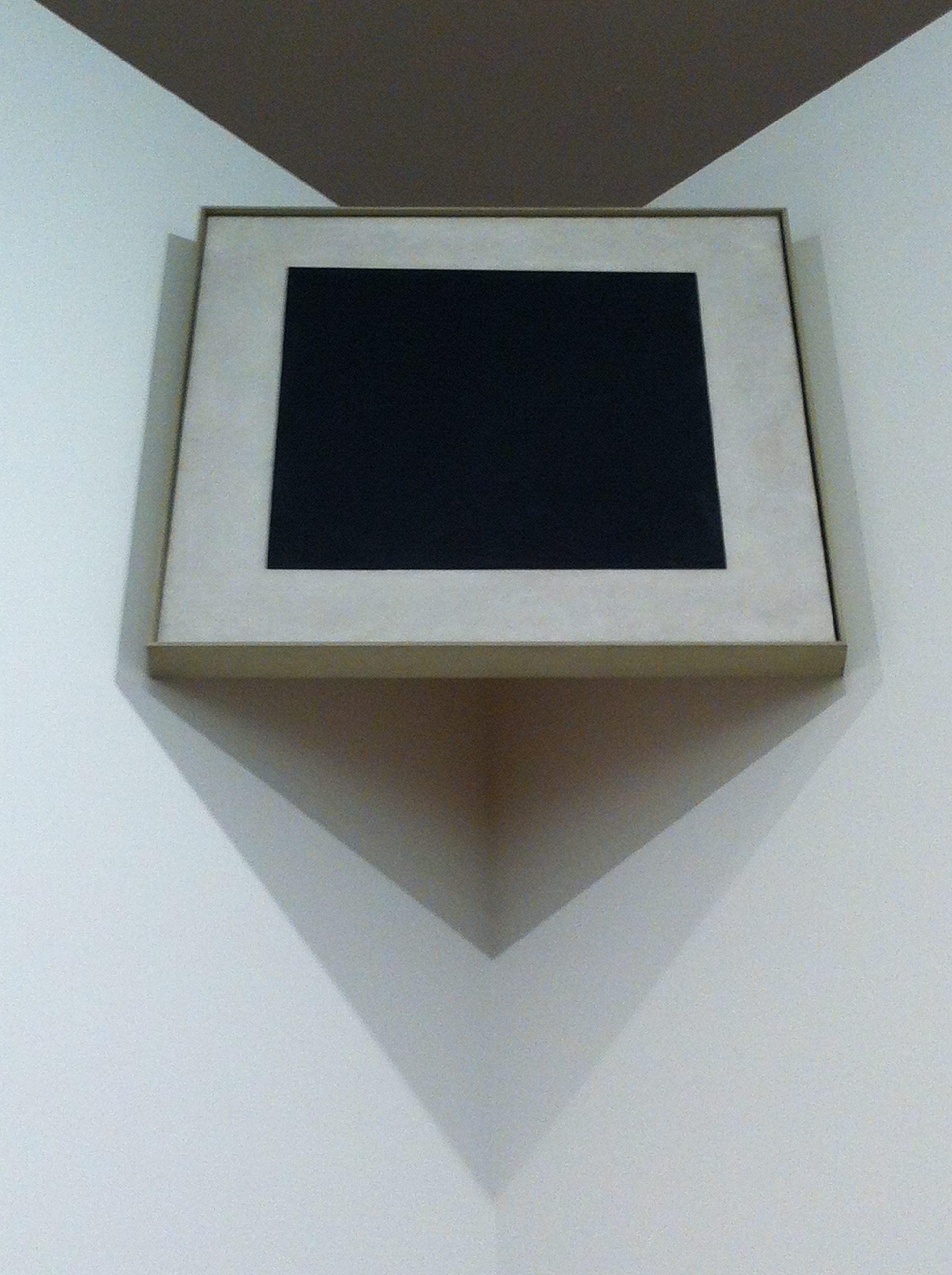 Quadrangle noir sur fond blanc