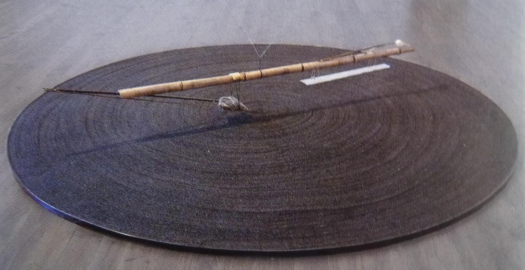 Compass, sable noir, bambou, pierre, os (300 cm de diamètre)