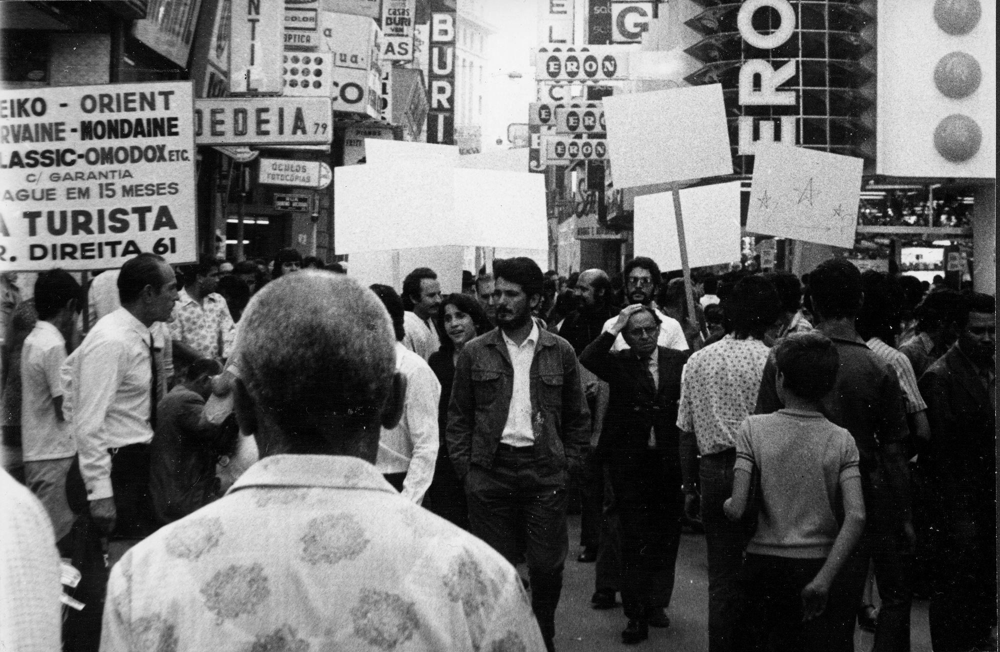 Le blanc envahit la ville (XIIe biennale de São Paulo)