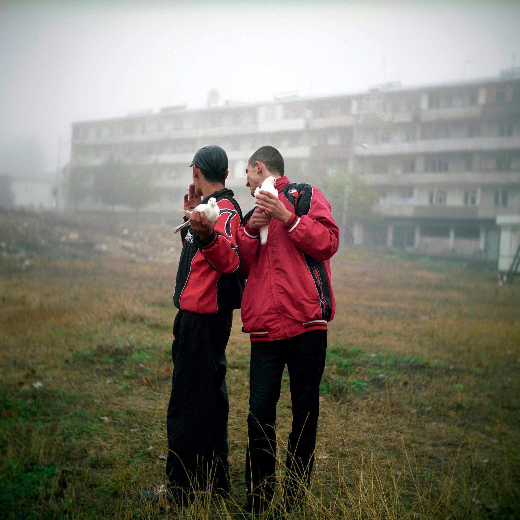 L'Arménie retrouvée, deux jeunes hommes@de Shoushi récupèrent les pigeons@lâchés à l'occasion du mariage